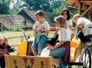 Schulkinder spielen auf dem Hof